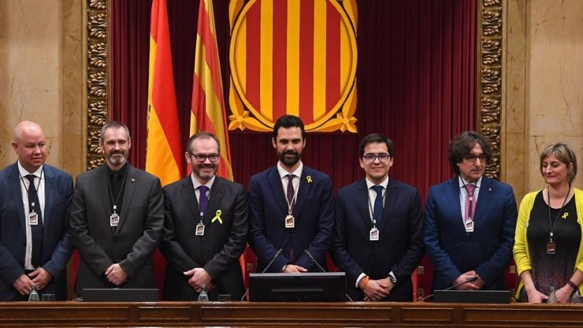 La mesa del parlamento de catalu a aplaza debate sobre for Mesa parlament