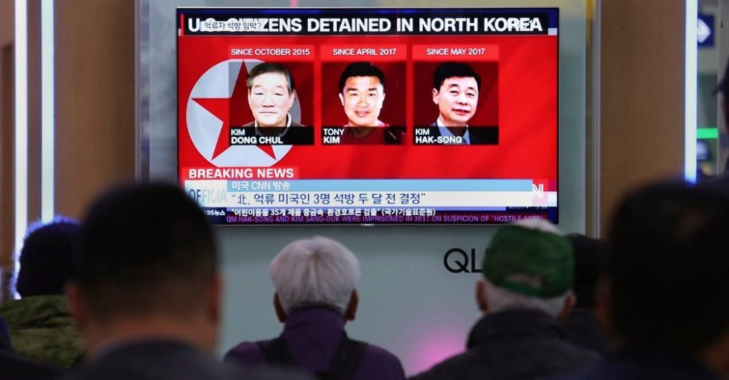Corea del Norte libera a 3 prisioneros estadounidenses antes de una cumbre planificada de Trump-Kim