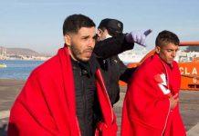 España da la bienvenida a los inmigrantes del barco en disputa