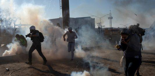 Migrantes de la caravana centroamericana fueron recibidos con gases lacrimogenos