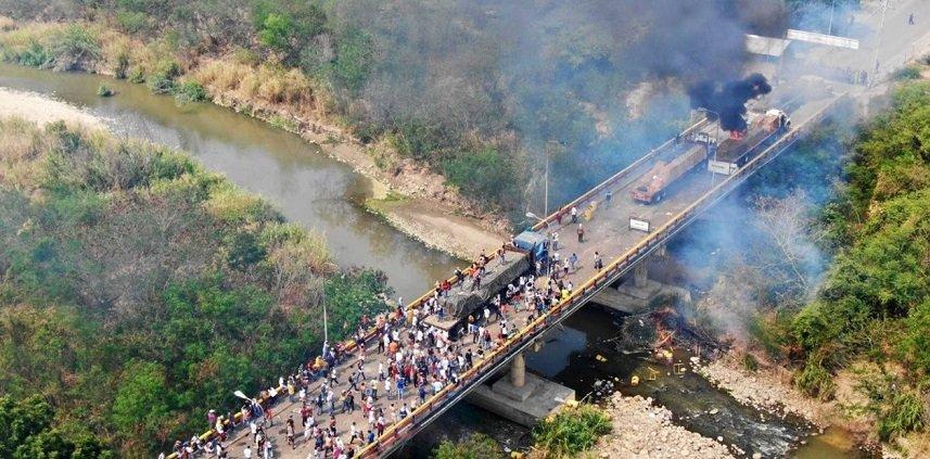 Dos de los camiones con ayuda humanitaria incendiado