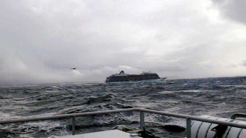El crucero Viking Sky alcanza puerto tras dramática evacuación en Noruega
