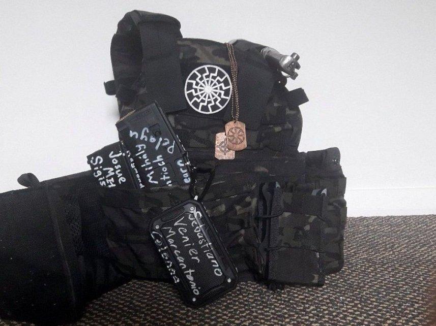 Un chaleco antibalas usado por uno de los atacantes. (Reuters).