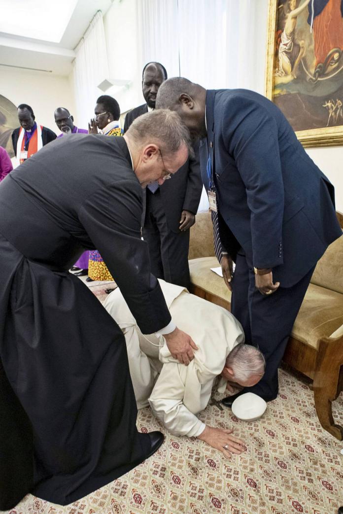 Papa Francisco se arrodilla y besa zapatos de líderes rivales de Sudán del Sur