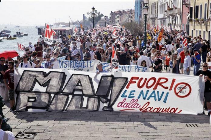 En Venecia miles de personas contra los grandes crucerosEn Venecia miles de personas contra los grandes cruceros