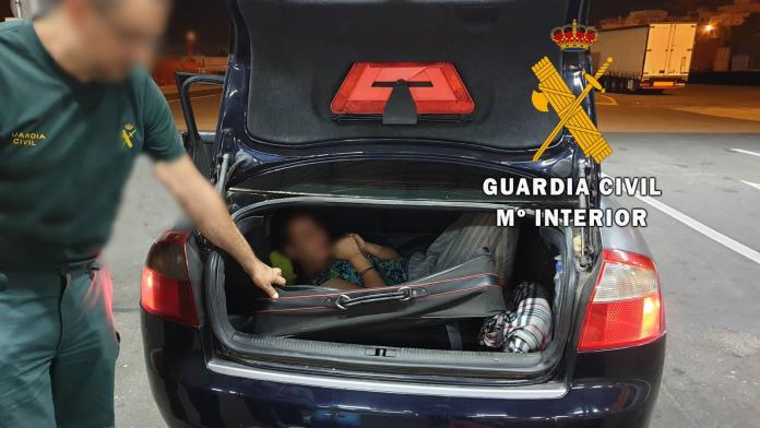 La Guardia Civil de Almería rescata a una mujer que viajaba oculta en un maleta