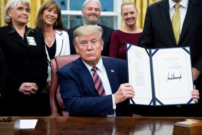 firma de Trump contra violencia animal